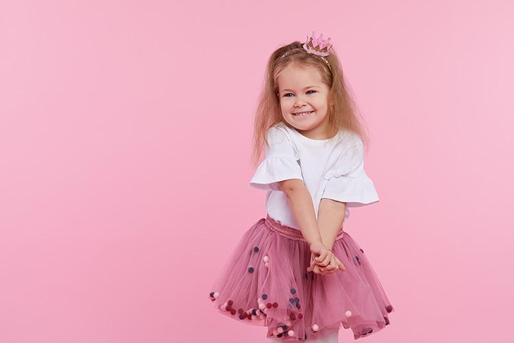 Pikkutyttö prinsessana.