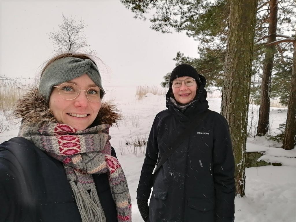 Prhetyöntekijät vaunulenkillä lumisessa maisemassa.