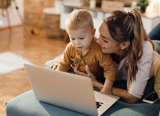 äiti ja lapsi tietokoneen äärellä.