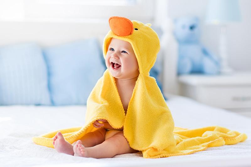 Vauva pukeutuneena ankkapyyhkeeseen.